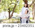 シニア女性 車椅子 散歩 23402351