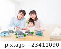 家族ポートレート パーツ 不動産 住宅購入 マイホーム計画 赤ちゃんと両親 コピースペース 23411090
