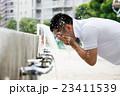 顔を洗う男性 23411539