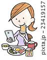 女性の日常生活20朝食でスマホ 23419157