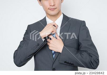ネクタイを締める若いビジネスマン 23420642