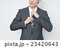 ネクタイを締める若いビジネスマン 23420643
