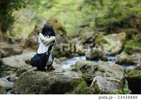 渓谷でリラックスする女性 23439889