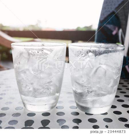Glasses with ice cubes on black dot backgroundの写真素材 [23444873] - PIXTA