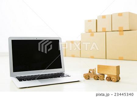 写真素材: 運輸 流通 運輸業 流通業 運送 パソコン 引越し ダンボール 宅配便 宅急便