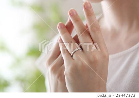 結婚指輪をはめた女性 23447372