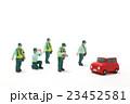 車の駐車違反を取り締まる駐車監視員 23452581
