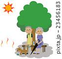 熱中症対策をする高齢者カップル 23456183