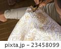 バティック(ろうけつ染)の制作 布に蝋で描く 23458099