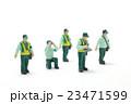 車の駐車違反を取り締まる駐車監視員 23471599