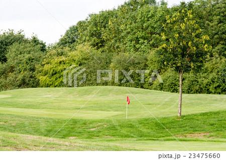 ゴルフ場 赤い旗の立つグリーン 23475660