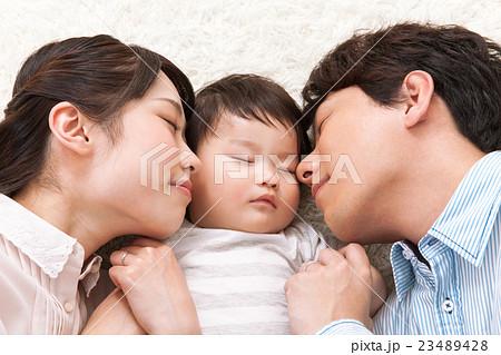 横に並んで寝る家族 23489428
