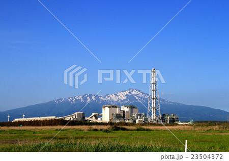 酒田共同火力発電所と鳥海山の写...