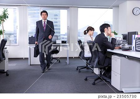 ビジネスイメージ 出社風景の写...