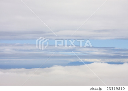 夏の手稲山山頂から見えた雲海に浮かぶ雄冬岬 23519810