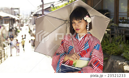 着物で京都観光をする女性 23521233