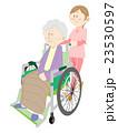 車椅子で移動 23530597