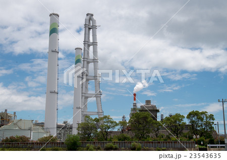 四日市火力発電所の煙突の写真素...