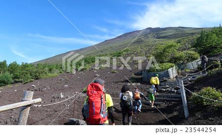 山開き、富士宮口から登る人達 23544254