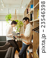 シェアオフィス書棚の前の男性2人 23546398