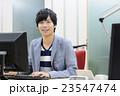 オフィスの若い男性 23547474