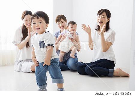 ママ友と赤ちゃん 23548638