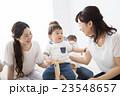 ママ友と赤ちゃん 23548657