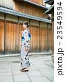 浴衣の若い女性 23549594