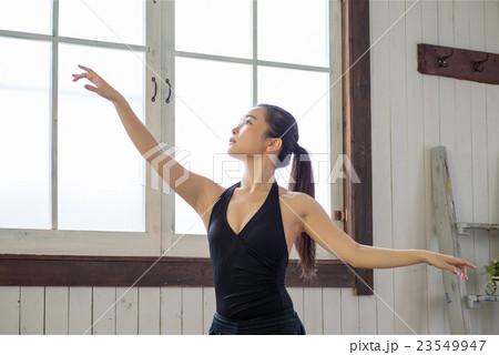 美しい日本人バレリーナの練習風景 23549947