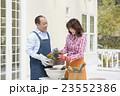 ガーデニングをする中高年夫婦 23552386