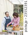 ガーデニングをする中高年夫婦 23552391