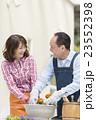 ガーデニングをする中高年夫婦 23552398