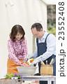 ガーデニングをする中高年夫婦 23552408