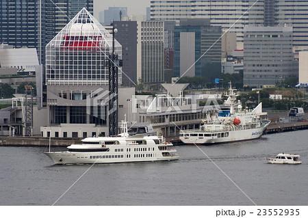 晴海ふ頭に停泊中の海上保安庁巡視船「いず」と東京湾クルーズ船 23552935