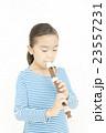 笛を吹く女の子 リコーダーを吹く女の子 23557231