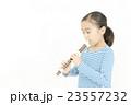 笛を吹く女の子 リコーダーを吹く女の子 23557232