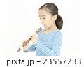 笛を吹く女の子 リコーダーを吹く女の子 23557233