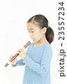 笛を吹く女の子 リコーダーを吹く女の子 23557234