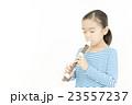 笛を吹く女の子 リコーダーを吹く女の子 23557237
