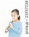 笛を吹く女の子 リコーダーを吹く女の子 23557238