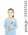 笛を吹く女の子 リコーダーを吹く女の子 23557242