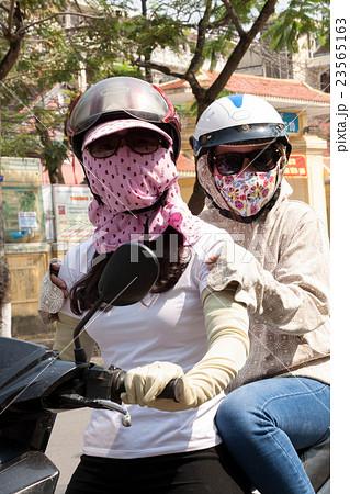 ベトナム人女性の日焼け対策 23565163