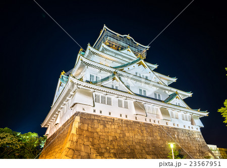 Night view of Osaka Castle in Japan 23567951