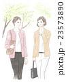 会話しながら歩く二人の女性 23573890