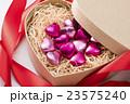 ハート型のボックスにチョコレート 23575240