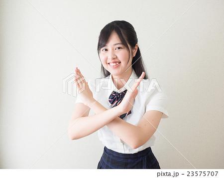 両手でバツ印を作る女子高校生 23575707