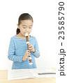 笛を吹く女の子 リコーダーを吹く女の子 23585790