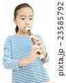 笛を吹く女の子 リコーダーを吹く女の子 23585792