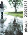 雨 女性 公園の写真 23593895