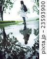 雨 女性 公園の写真 23593900